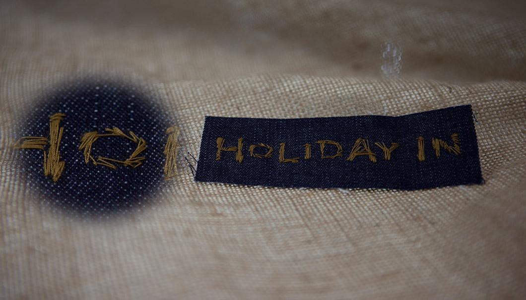 Etichetta ricamata effetto vintage HOLIDAY IN 120x40mm su jeans