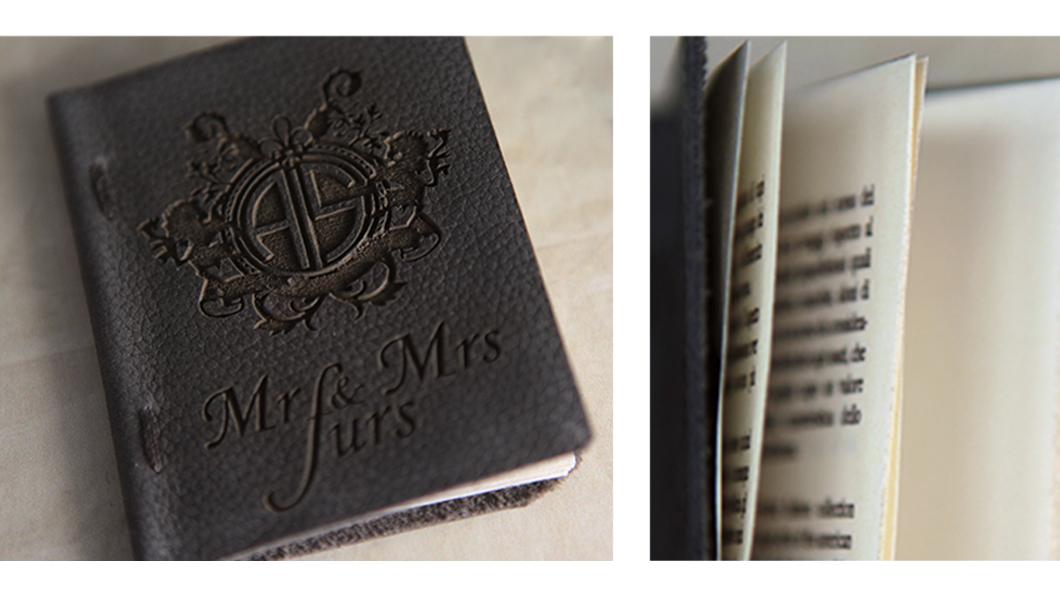 Cartellino Mr and Mrs Furs 70x80mm a libretto in pelle logo laserato