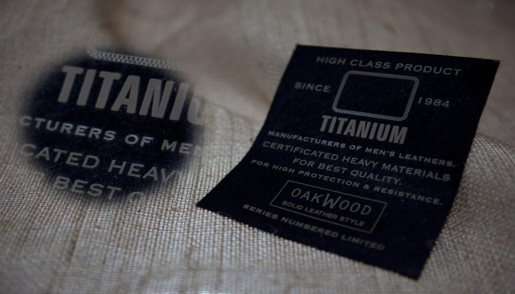 Etichetta Titanium 105x120mm su panno nero stampa in microiniezione