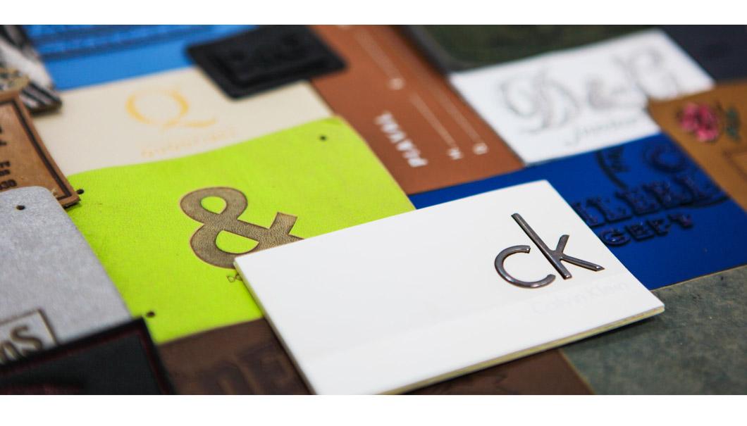 Le etichette in vera pelle possono essere realizzate utilizzando tecniche differenti di stampa.